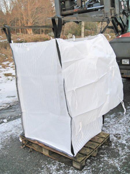 Bigbag med regnskydd på pall